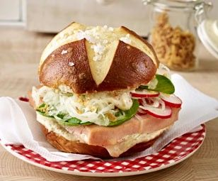 Bayern-Burger Rezept: Krautsalat,Radieschen,Feldsalat,Schmand,Senf,Öl,Leberkäse,Laugenbrötchen,Röstzwiebeln