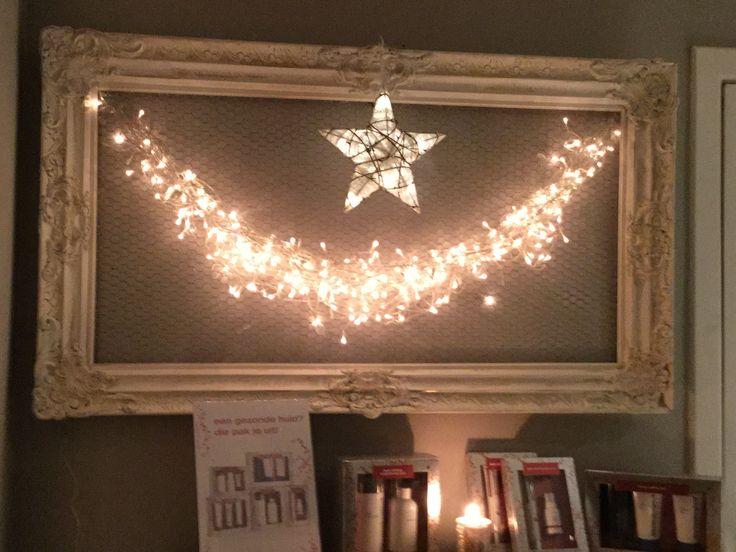 Diy xmas decoration. Deze oude kader blijft een dankbaar decoratiestuk. Naargelang de seizoenen verander ik de decoratie er in. Nu voor Kerst een guirlande van lichtjes.