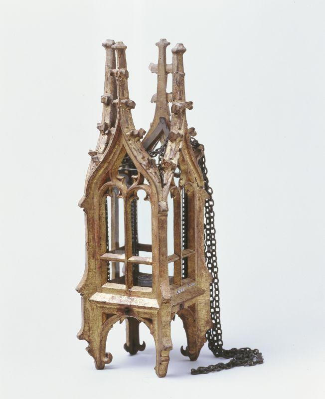 Laterne in Gestalt eines gotischen Turmes (Laterne);  Inventarnummer: KG244;  Datierung: wohl 15. Jh.;  Ort: Deutsch;  Material/Technik: Holz, geschnitzt, vergoldet; Glas, Eisen;  Maße: H. 43,5 cm; B. 14,4 cm; T. 14 cm;  GERMANISCHES NATIONALMUSEUM