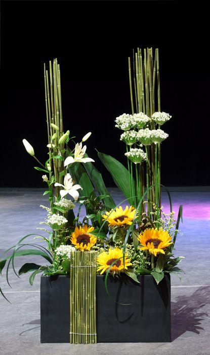 http://holmsundsblommor.blogspot.se/2014/05/scendekoration-aula-nordica.html Scendekoration till Aula Nordica, Umeå Flowerdecoration for stage