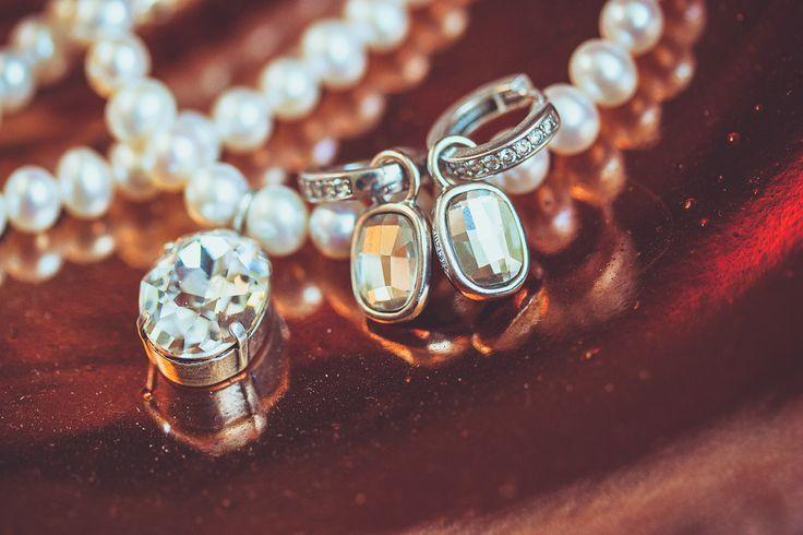 Made by me / Gemaakt door mij: www.fotozee.nl Ik ben graag jullie trouwfotograaf! photography trouwfoto's trouwfotografie bruidsfotografie detailfoto wedding jewelry trouwsieraden ketting oorbellen parels glimmers grote stenen necklace earrings pearls rhinestones koper