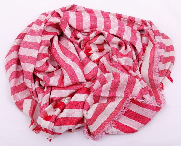 Новая модель, теплый палантин-платок Louis Vuitton красный в полоску с монограммами. Материал шерсть + шелк металлический люрекс. Размер 140х140см #19343 !! Последняя распродажа модели !! Продаётся с большой скидкой !! !! Отличное качество и низкая цена !