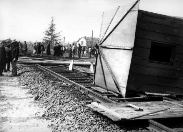 Le 10 mars 1943, à Romans-sur-Isère, des obstacles de fortunes obstruent les voies ferrées