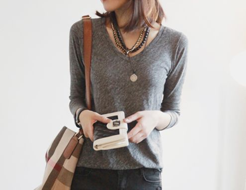 [Niponjjuya]Vネックシャツ 秋、春鉄板の一枚はもっておきたいVネックシャツ☆ 伸縮性がよく着心地がいい~♪ やや大きめに開いたVラインがほっそりとした印象に♪ ベーシックカラーのタイトなボトムスと合わせると、大人っぽい印象になります☆