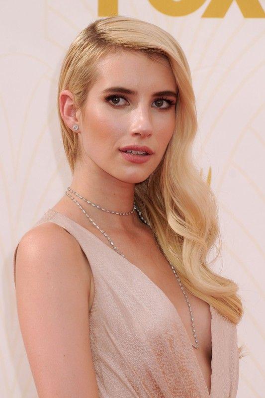 Emmy Awards 2015: Fryzury i makijaż gwiazd. Emma Roberts,fot. East News