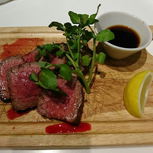 がっつりお肉食べに  生ハム、チキンウイング トリュフポテトサラダ 牛タン、ざぶとんなどなど わりと肉々しいメニューの中 全員絶賛の アンチョビポテトフライ😋  #肉ラボ #肉 #夜ご飯 #東京出張
