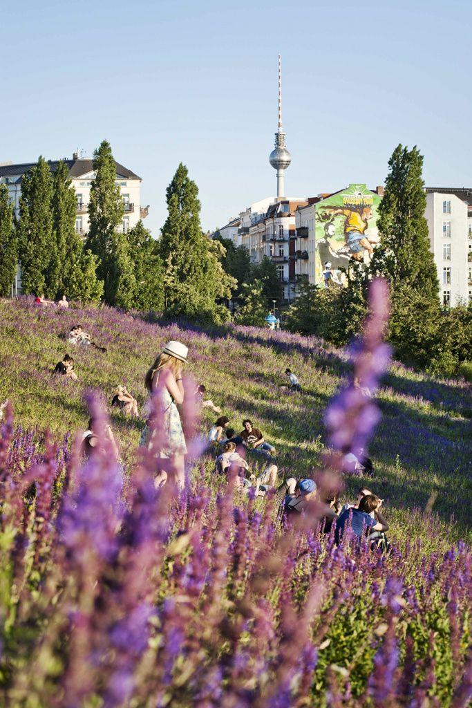 KARAOKE EN MAUERPARK BERLÍN (ALEMANIA)  El parque, literalmente, 'del muro' es uno de los lugares típicos de la ciudad y un lugar idílico para pasear, hacer deporte o leer un libro tranquilamente. Además se organizan mercadillos y, en el anfiteatro hay sesiones de karaoke público al aire libre que atraen a muchos curiosos. No apto para tímidos.