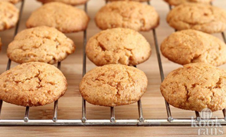 Zelfgemaakte bitterkoekjes zijn nog lekkerder! Wij houden heel erg van bitterkoekjes, maar wisten tot voor kort niet dat je ze eigenlijk heel makkelijk zelf kunt maken! Toch kan dat wel en heb je er zelfs maar vier ingrediënten voor nodig! Wij hebben vandaag het recept voor je; super makkelijk en h