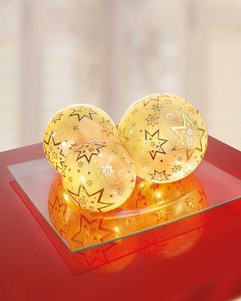 """Beleuchtete Deko-Kugeln zu Weihnachten (Idee mit Anleitung – Klick auf """"Besuchen""""!) - Die hübschen Weihnachtskugeln sind leicht zu basteln und erleuchten zu Weihnachten jeden Raum! Unsere weihnachtlichten Deko-Kugeln sind eine wundervolle Dekoidee für jedes Haus."""