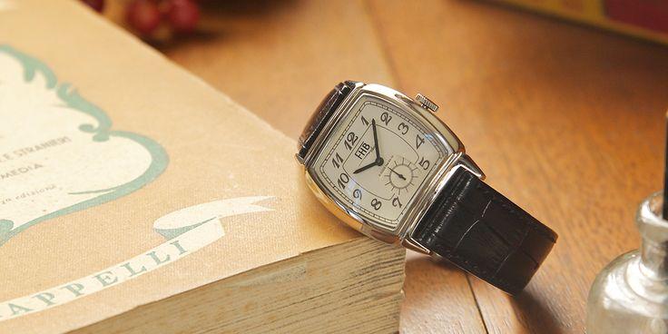 F903はインデックスにアラビア数字を施し、アール・デコスタイルのトノー型ケースを再現した美しいフォルムです。20世紀初頭に流行した腕時計の基本形とも言える正統派シリーズ。