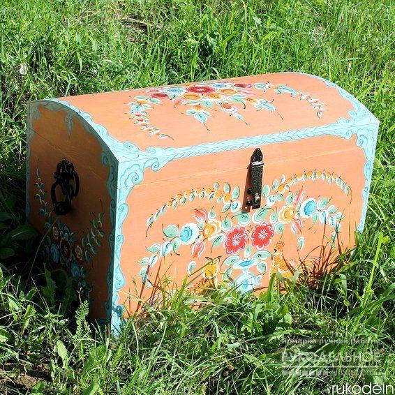 Сундук деревянный расписной , выполнен в стиле урало-сибирской росписи. Отличный вместительный сундук для хранения, прекрасный подарок на свадьбу, удобен для складывания конвертов и подарков. Прочный, надежный, красивый предмет интерьера, который украсит ваш дом. Сделаю на заказ сундук любого размера с любой росписью. https://rukodelnoe.ru/catalogue/furniture/commode/commode_15391.html…