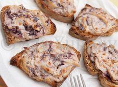 I miei crostini di pane con radicchio e taleggio sono un buon antipasto dai sapori e abbinamenti tradizionali. Inoltre la loro preparazione è facile e veloce.