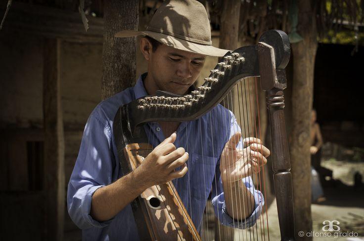 https://flic.kr/p/arcoFc   Gonzalo el arpista   Gonzalo hace parte de la nueva camada de arpistas de Arauca que no se resignan a que el lindo folclor llanero muera. Por eso todos los dias acude a clases de este instrumento, con la idea de engrandecer su tierra a travez de la cultura y el folclor.