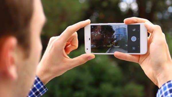 Las cámaras de los móviles han evolucionado a una velocidad de vértigo en los últimos años. De la humilde cámara de dos megapíxeles del Nokia 3310 hemos llegado a unos resultados fotográficos que en móviles como el Galaxy S8, el LG G6 o el Huawei P10nada tienen que envidiar incluso a las cámaras compactas. Pero todavía siguen siendo necesarias algunas pautas para hacer buenas fotos con el móvil.Google es una...