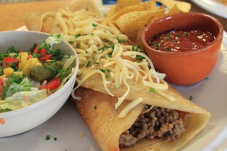 Tortilla: Ui en Paprika, gevuld met Mexicaans gekruid Gehakt, Kaas, Salade, Nacho's en Salsa Saus