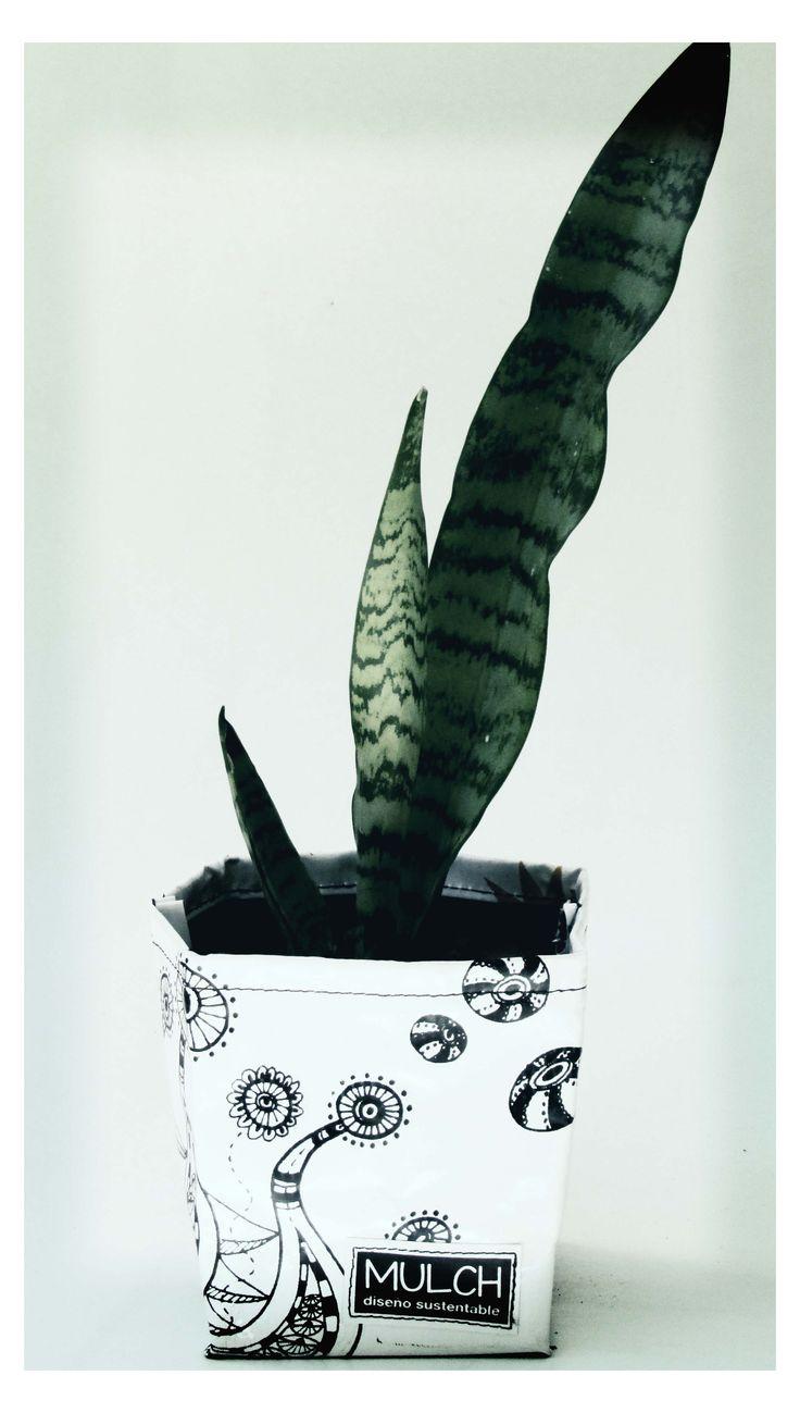 Maceta individual 10 x 10 cm. realizada en lona vinilica reutilizada de cartel de publicidad, con ilustraciones serigrafiadas. Con agujeros de drenaje lista para plantar o usar como porta maceta.