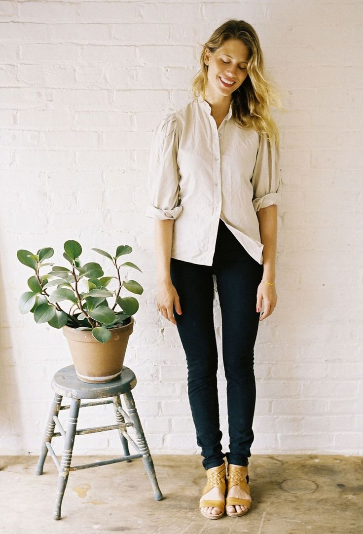 Plants Can, Go To Outfit, Chic Outfit, Nude Shoes, Buttons Up Polo Shirts Outfit, Fashion Simple Shirts, Black Jeans, Black Pants, Spring Style