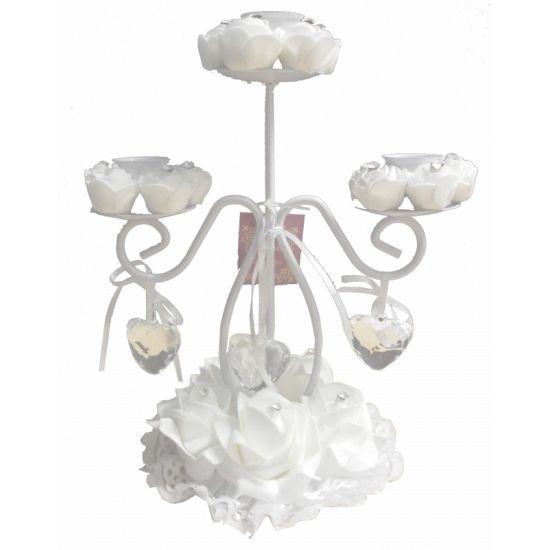Een mooie witte, romantische kandelaar met sierlijke vormen, witte rozen en hartjes.