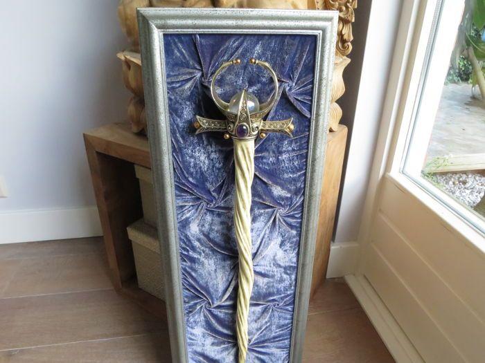 """""""Horn of MagnaLucius"""" - Eenhoorn fantasie Scepter/Zwaard by Franklin Mint  Zeer moeilijk te vinden en uiterst zeldzame scepter of zwaard gemaakt door Franklin Mint. Het is een uitbeelding van een fantasie-staf of dolk van een tovenaar gemaakt van de hoorn van een eenhoorn.Vrij vertaald van """"the Unicorn Manuscripts by Michael Green"""" heet dit zwaard """" the MagnaLucius Sword""""Niet veel van deze items zijn destijds geleverd en vrijwel allemaal in Amerika. Een zeer zeldzaam stuk dus. Het lijkt…"""