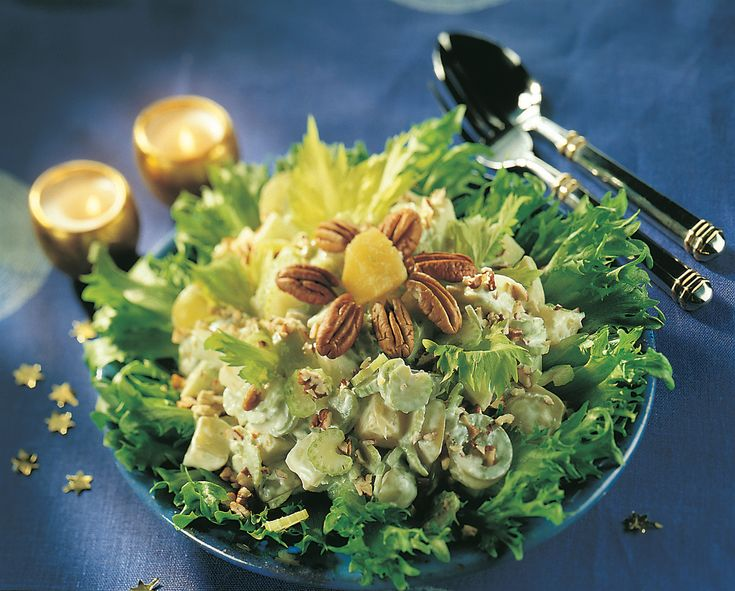 Waldorfin salaatti on salaattien klassikko. Voit valmistaa salaatin tarjoamista edeltävänä päivänä, jotta maut ehtivät tasaantua.