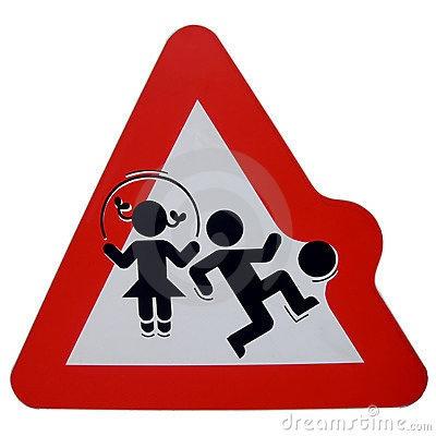 niños jugando señal trafico
