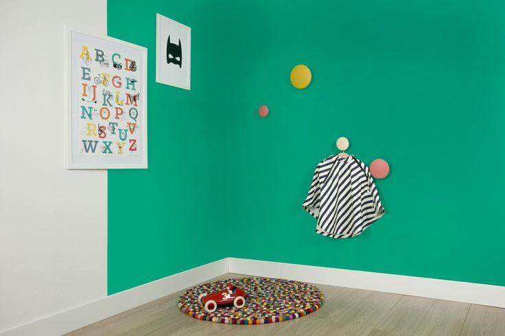 Frisse kinderkamer kleuren in de studio van fairf. Duurzame muurverf kleur Eelco. #kleur #interieur #design #woonkamer #kinderkamer #duurzaam #fairf #verven #kinderkamerinspiratie #biologisch #woonkameridee #trendkleuren #interieurtrends #design