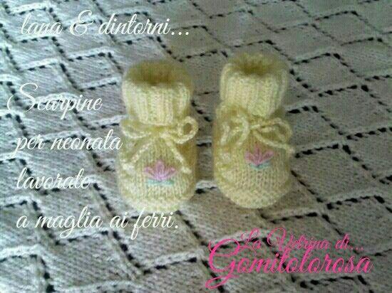 """""""Scarpine"""" oer neonata 0-3 mesi. Lavorate a maglia ai ferri con lana 100% acrilica di colore giallo-paglino. Portano un delicato ricamo fatto a mano, sempre in lana acrilica sul dorso e laccetto di chiusura alla caviglia. Misure: lungh del piede cm.9; altezza elastico alla caviglia cm.6 (risvoltato come in foto, cm.3). Cod - 029"""