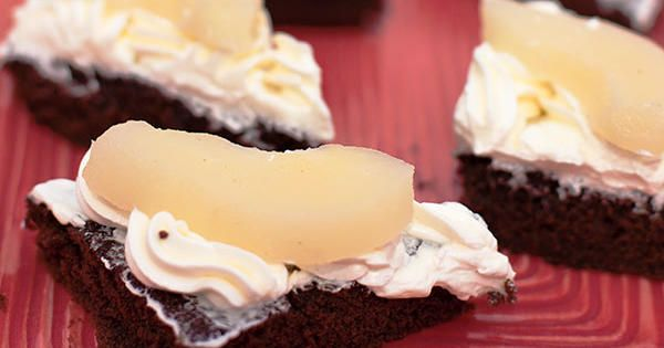 Glutenfri chokladkaka toppad med laktosfri marängsmörkräm smaksatt med mint. Serveras med konserverade päron.