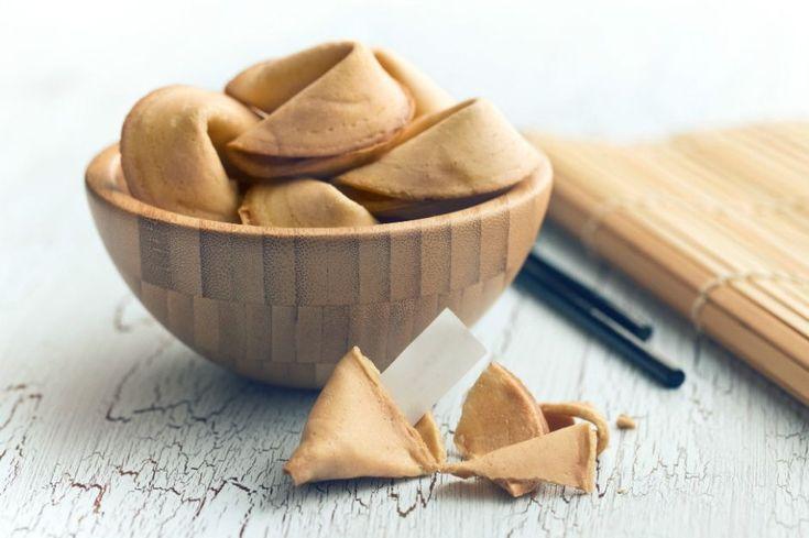 Şans kurabiyesi tarifiyle iyi dileklerinizi yazacak ve sevdiklerinize enfes bir kurabiyenin içinde hediye edebilirsiniz. Afiyetler, bol keyifler olsun. :)