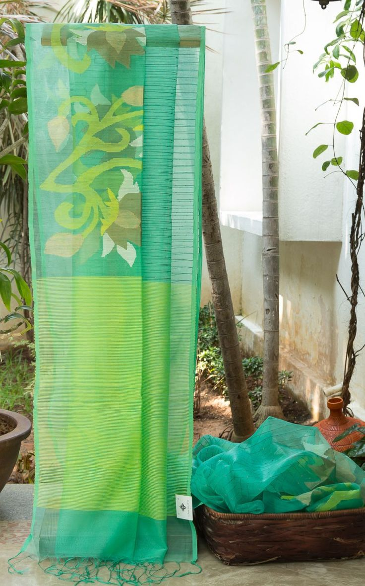 CLASSIC SEA GREEN BAILOU MATKA SILK FEATURES AN INTRESTING MULTICOLOURED FLORAL JAMDANI WEAVE ON A LONG KORA PALLU WHICH IS ENHANCED BY SEQUINS IN THE WEAVE.
