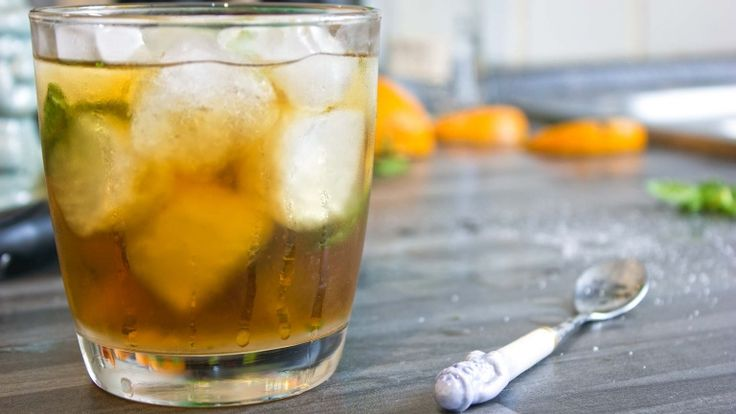 Mint Julep cocktail con whiskey e menta. Cocktail americani grandi ricette