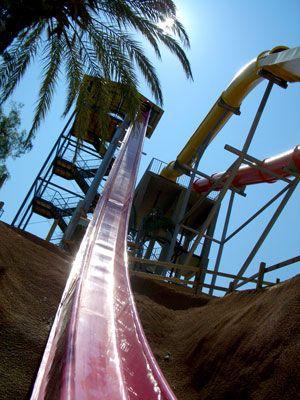 ¿Quién se da un chapuzón en el tobogan de agua más alto de Europa? Está en Benicàssim, mide 30 metros y una caída en ángulo de 62º