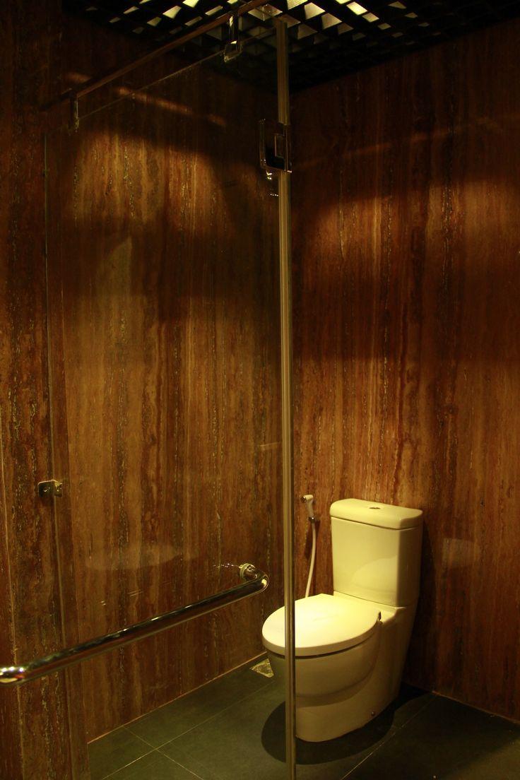 Ide desain interior kamar mandi dengan pintu kaca   Portofolio By : Dimas Andrea Rekamagna (Interior Designer di Sejasa.com)