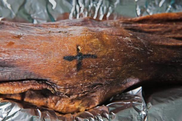 Een cross-vormige tatoeage op Ötzi's knie.