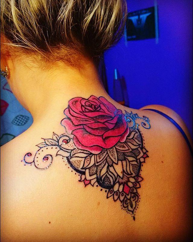 Así quedó tapado el nombre que tenía tatuado... Con mucha elegancia!! Un tatuaje sofisticado para la reina de Estefy 👑 #coverups #covertattoo #tatuajes #tatuadorasargentinas #tatuadoresargentinos #tattooers #buenosairesart #rosa #roserosa,tatuajes,tatuadorasargentinas,covertattoo,tatuadoresargentinos,rose,coverups,tattooers,buenosairesart