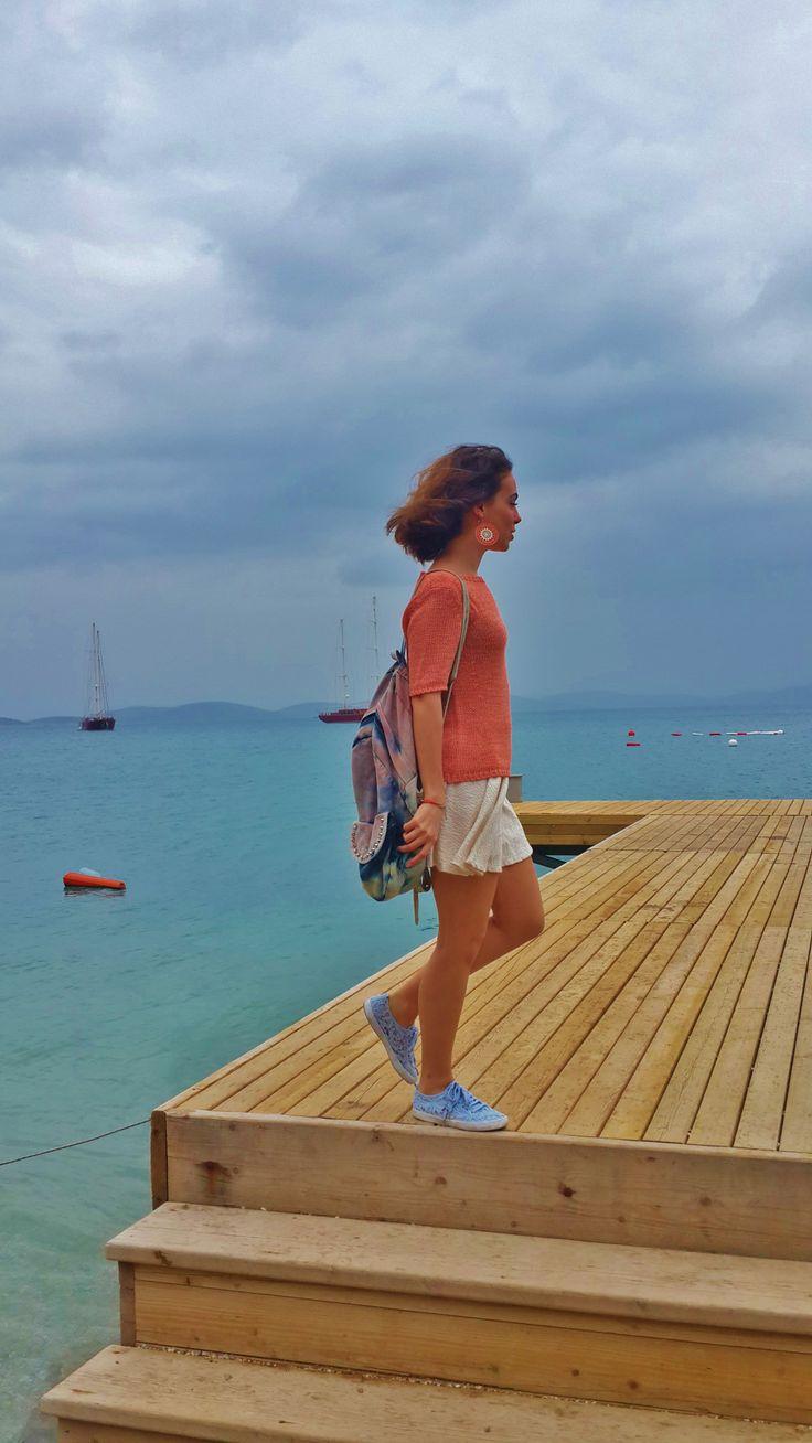 triple color #style #stylebook #fashion #orange #white #blue #backpack #earrings http://elifisek.blogspot.com.tr/