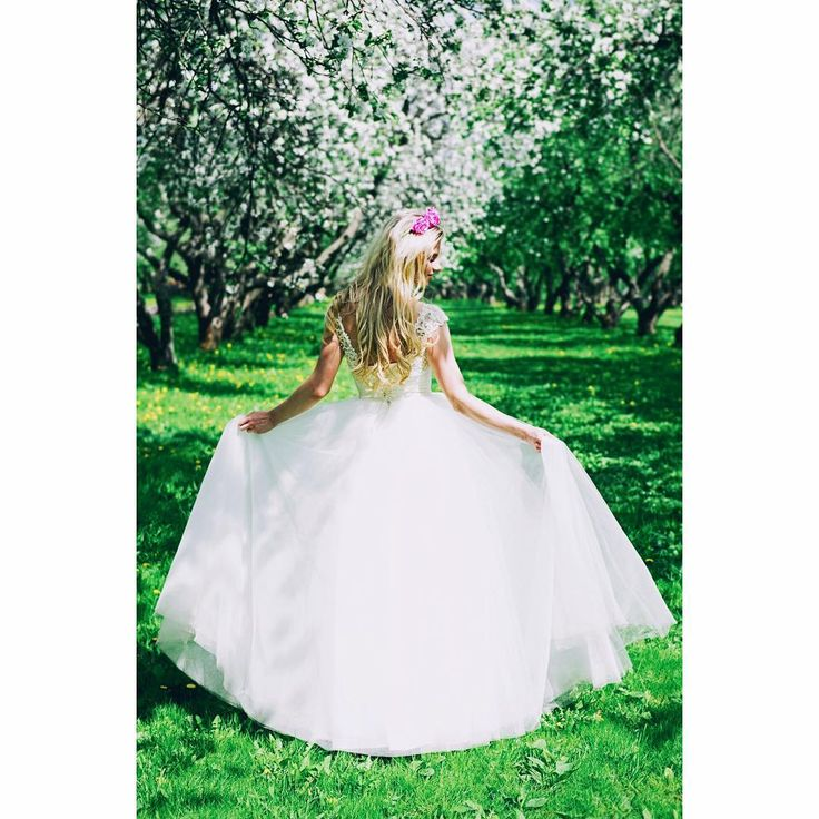 Мое утро начинается с красоты уже которую неделю, в архивах накопилось множество красивых фото, которые ждут своего выхода в свет и я так этому рада�� Весна началась и вместе с ней пришло вдохновение и много идей для творчества ���� на фото в образе нежной невесты модель Мила, которая по совместительству является классным визажистом (в том числе свадебным ��) @pestova_mila  И нежный ободок от @obodki_by_annasneg  #blondie #bride #spring #beauty #wedding #weddingdress #ободкиизцветов #ободки…