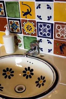 Azulejos mejicanos coloridos y en el baño