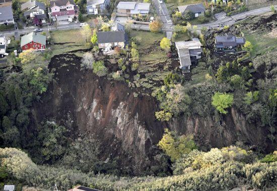 地震で発生した崖崩れ(16日午前、熊本県南阿蘇村)=共同