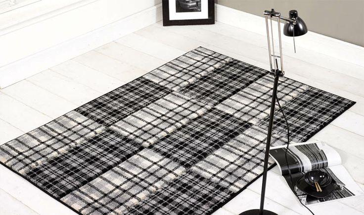 Tappeto bianco e nero disegno plaid