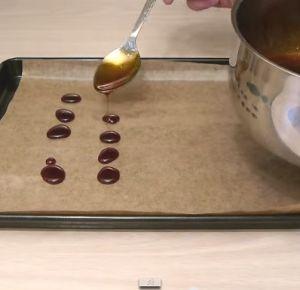 bonbons contre la toux, le rhume (Ingrédients :1 tasse de sucre+1/2 tasse d'eau+1 cuillère à soupe de jus de citron+1 cuillère à soupe de miel +1/2 cuillère à café de gingembre moulu+1/4 cuillère à café de clous de girofle moulus - Mélangez tous les ingrédients et faites chauffer. Ensuite, laissez mijoter à feu doux pendant 15 à 20 mn tout en remuant de temps à autre. Dans un plat à four couvert de papier sulfurisé, faites de petits ronds avec le sirop à l'aide d'une cuillère. Faites…