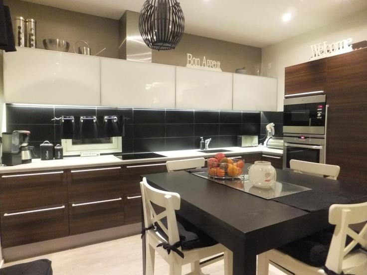 ruskeavalkoinen keittiö