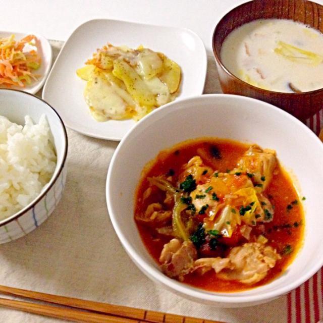 風邪予防にピッタリ!主人の会社でインフルが流行っており。。 トマト、ジャガイモ、キャベツ、人参でビタミン、牛乳、チーズでカルシウムが採れます! - 20件のもぐもぐ - 鶏肉とキャベツのトマト煮・味噌ミルクスープ・チーズポテト・コールスロー by accachan096Y1