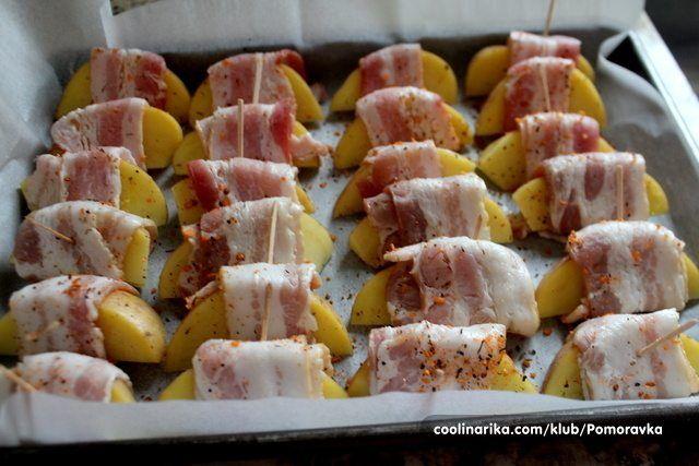 """Snáď nepoznám človeka, ktorý by nemal rád pečené zemiaky z rúry. Dajú sa skvele dochutiť bylinkami, koreninami a úplne najlepšie sú so slaninkou, ktorá im dodá skvelú chuť. Ak ste uvažovali nad nejakou """"špeci"""" prílohou, prípadne chcete podávať zemiaky k mäsu trochu inak, ponúkame vám tento recept. Budeme potrebovať: 1 až 2 zemiaky na osobu,"""