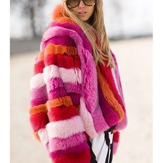 Quem diria que a peça mais julgada de todos os tempos voltaria a fazer tanto sucesso?! Os #casacos de pelo realmente voltaram! Vamos ver de tudo por ai, mas os de #pelúcia hoje já são opções realmente lindas! Volumosos e com um shape #oversized, eles podem ajudar a compor uma produção inusitada e #divertida.    #optemaismoda #seulooknumclick #optemais #programadefidelidade #passaporteopte+ #acumulepontos