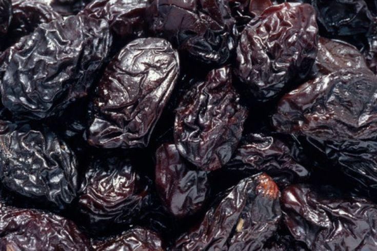 Frutas ricas en hierro. Puedes no pensar en las frutas cuando tratas de incrementar el consumo de hierro. Algunas frutas tienen más hierro que la carne y pueden ayudarte a alcanzar el consumo diario recomendado, que es 18 mg para mujeres y 8 mg para hombres, de acuerdo al