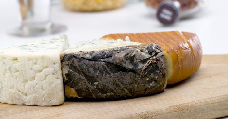 Os queijos mais caros. Vários fatores contribuem para a qualidade de um queijo, inclusive padrões de produção, região de origem e propriedades de gosto e textura. Queijos de alto nível e de luxo muitas vezes têm uma agência reguladora que governa e monitora sua produção. Por exemplo, o Consorzio del Fromaggio garante a qualidade do Parmigiano-Reggiano; a Appellation ...