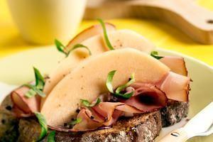 volkorenbrood met rauwe ham en meloen