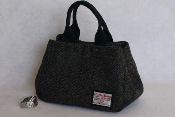 ヘリンボーンのハリスツイードで作った小ぶりのトートバッグです。小ぶりですが、マチが15cmあるので長財布、ポーチ、お弁当も入ります。(マチはスナップボタン留め... ハンドメイド、手作り、手仕事品の通販・販売・購入ならCreema。