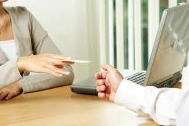 Wizytówka jest bardzo dobrym narzędziem w rękach osób, które nawiązują znajomości. Dlatego warto wiedzieć kiedy i jak najlepiej ją wykorzystać i jak powinna wyglądać by spełniała swoją podstawową funkcję. Więcej na: http://www.krawatimuszka.pl/etykieta-w-biznesie/ceremonial-wreczania-wizytowek/
